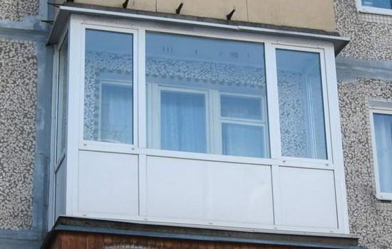 Balkon-s-teplym-ostekleniem-v-obychnom-dome.-Foto