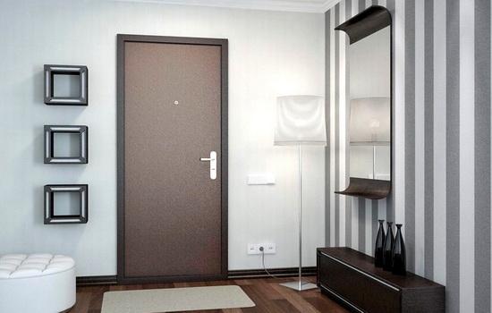 Bronirovannaya-dver-korichnevogo-tsveta-v-interere-kvartiry