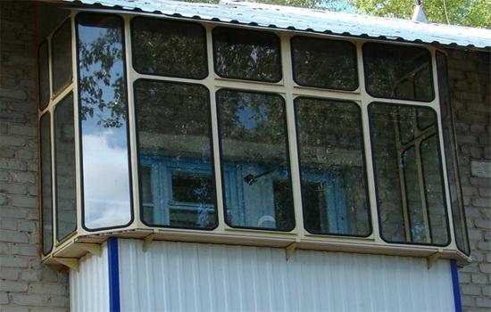 CHem-luchshe-osteklit-balkon