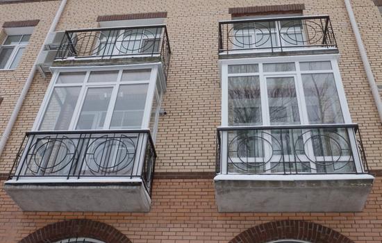 Dva-krasivyh-osteklennyh-balkona