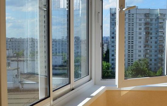 Osobennosti-osteklenie-balkona-i-lodzhii-plastikom