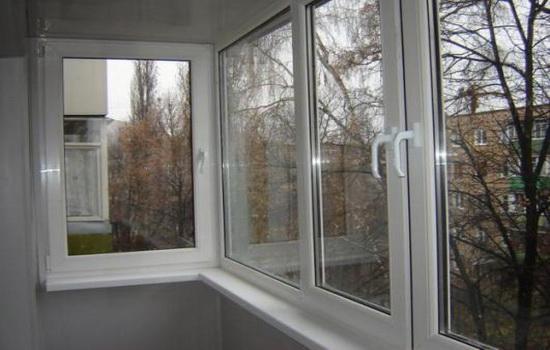 Osteklenie-balkona-plastikovymi-oknami