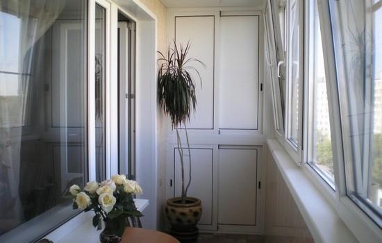 Osteklennyj-plastikom-balkon-550x350