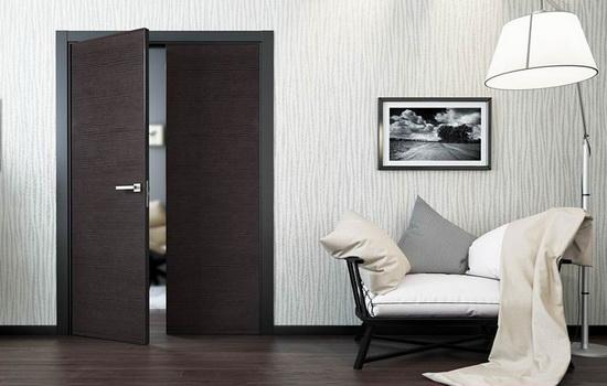 Raspashnye-dveri-temnogo-tsveta-v-belom-interere-gostinoj
