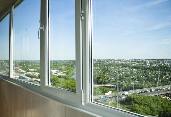 Teploe-osteklenie-balkona-so-steklopaketami