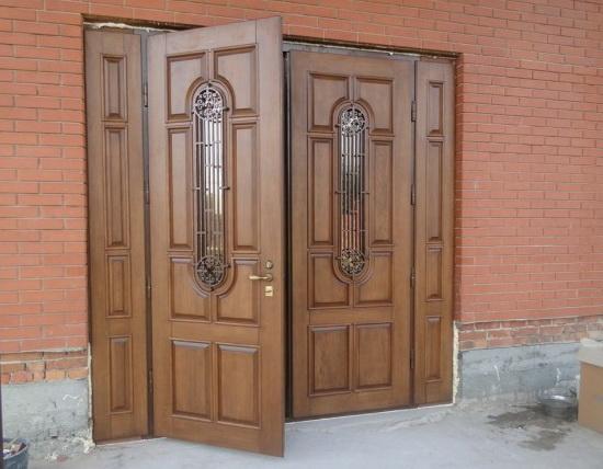 Vhodnye-dveri-s-dvumya-stvorkami-i-reshetchatymi-vstavkami-iz-stekla