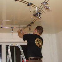 Последовательность установки натяжных потолков